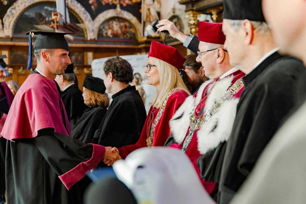wręczanie dyplomów MBA absolwentówm executive mba gfkm w gdansku 2019 rok